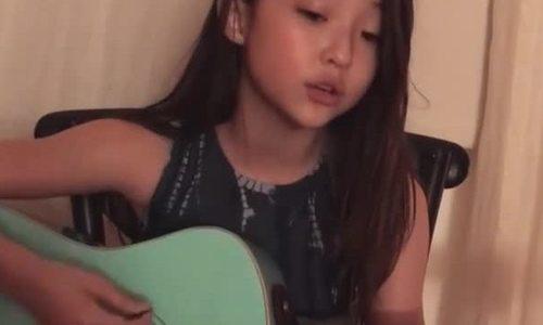 'Búp bê lai' 10 tuổi gốc Hàn trổ tài chơi guitar