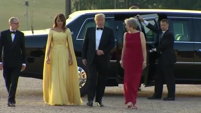 Melania Trump diện váy như công chúa khi cùng chồng tới Anh