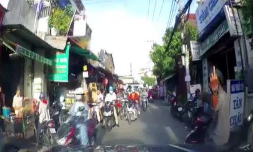 Thanh niên đi xe máy 'giơ ngón tay thôi' bị tài xế ôtô đánh tới tấp