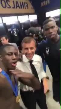 Tổng thống Pháp phấn khích ăn mừng, vào phòng thay đồ để chúc mừng đội nhà
