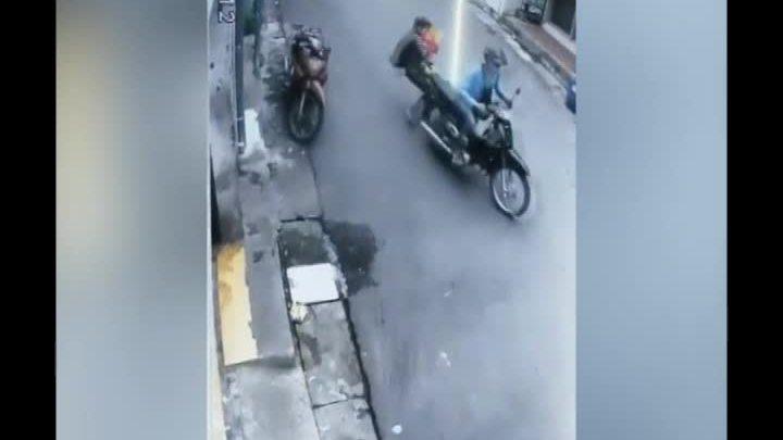 Người mẹ bế con nhỏ ngã khuỵ xuống đường khi giằng co với cướp