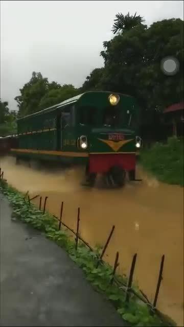 Tàu hoả chạy 'đường sông' ở Yên Bái