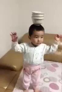 Bé trai Nhật đội bát lên đầu nhảy theo điệu nhạc Ấn Độ