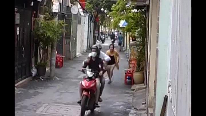 Người phụ nữ bị cướp giật túi xách khi ngồi đếm tiền