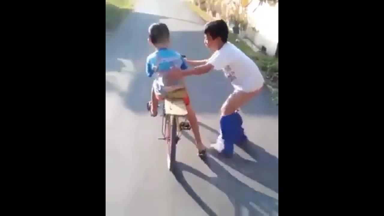 Anh trai tụt cả quần khi dạy em tập đi xe đạp