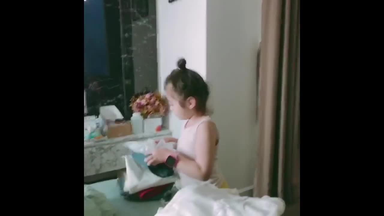 Con gái Elly Trần trách mẹ vứt đồ bừa bãi