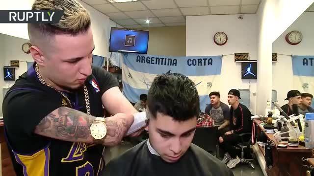 Cụt tay bẩm sinh vẫn trở thành thợ cắt tóc chuyên nghiệp