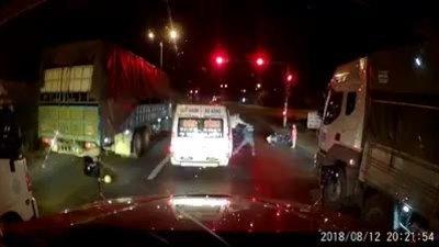 Hơn thua với xe khách, cha chở con nhỏ bị đánh ngã lăn xuống đường