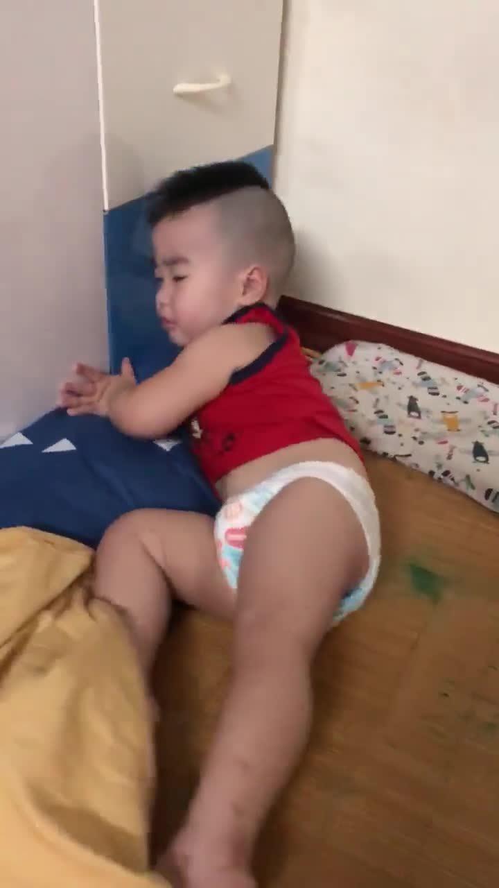 Bé 2 tuổi cố ngủ nướng, mặc mẹ đánh thức khàn cả giọng