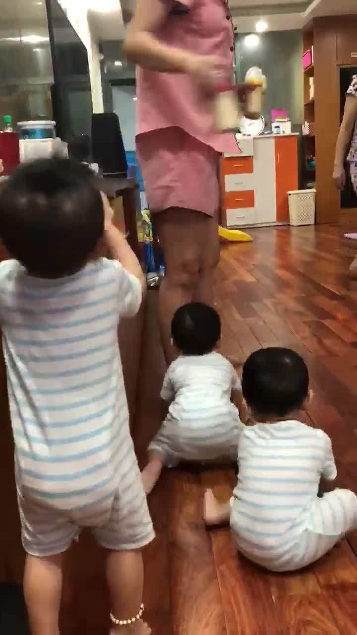 Video 3 bé trai sinh ba quấn quýt theo mẹ đòi sữa hút triệu lượt xem