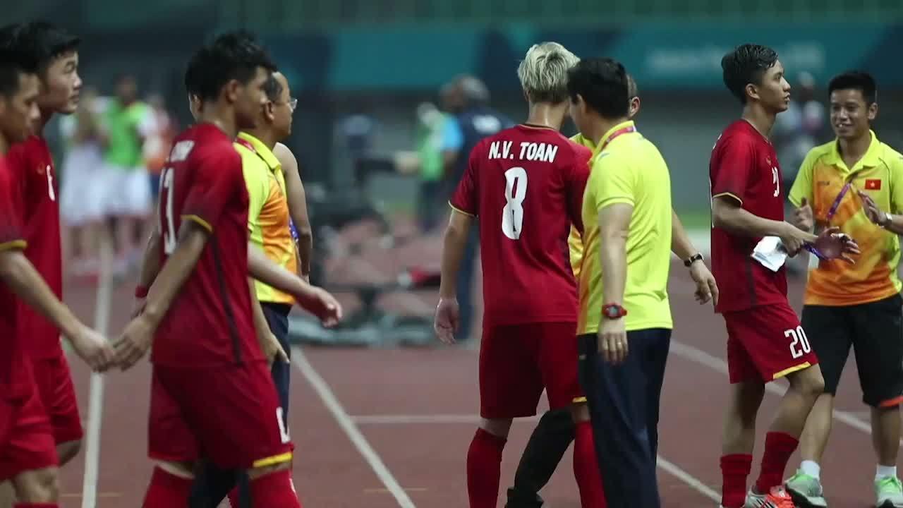 HLV Park Hang-seo đi một mình ra góc khán đài cảm ơn CĐV