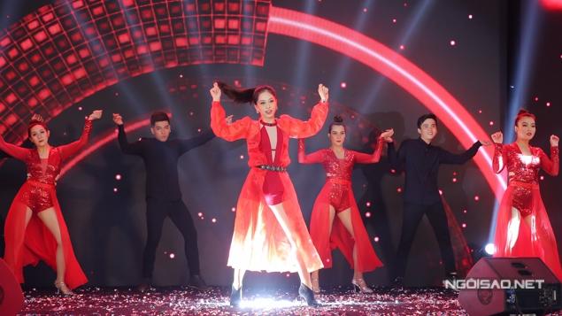 'Bản sao Hoa hậu Jennifer Phạm' nhảy sôi động với hit của Chi Pu