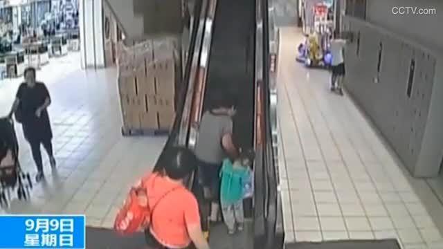 Bà mất thăng bằng làm hai cháu cùng ngã lộn nhào trên thang cuốn