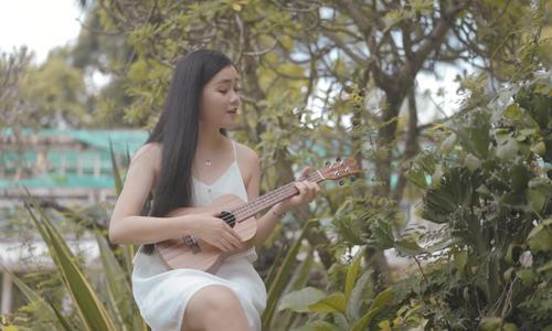 Hà Lương Bảo Hằng hát 'Top of the world'