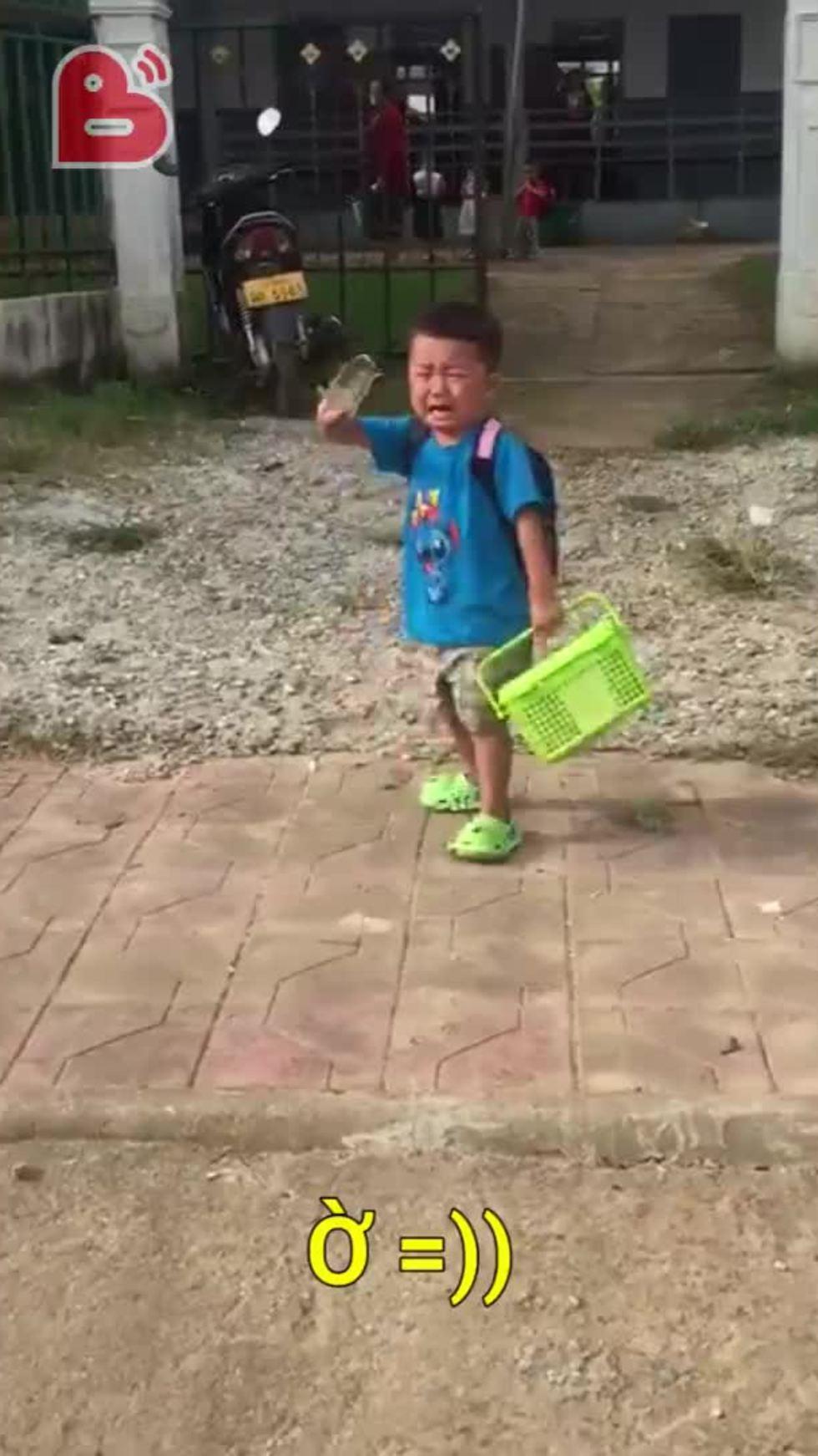 Cậu bé bịn rịn không nỡ xa mẹ khi đến trường