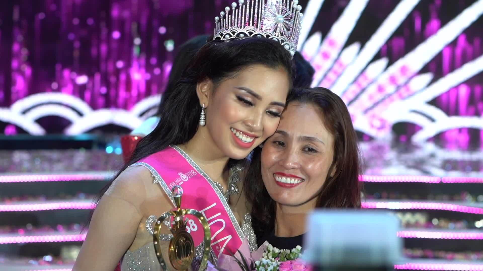 Hoa hậu Trần Tiểu Vy hạnh phúc bên mẹ