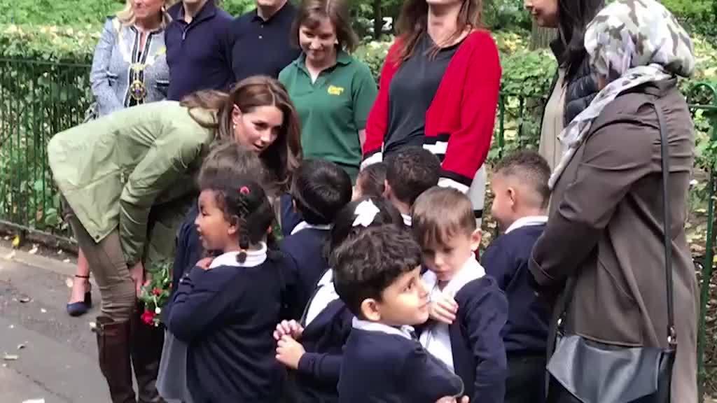 Kate đi đôi bốt hơn một thập kỷ, tái xuất sau khi sinh Louis
