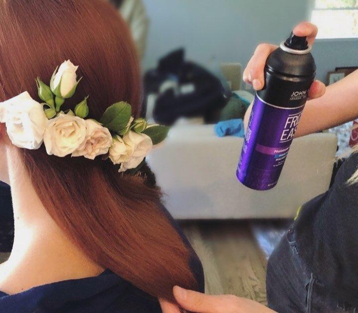 Kiểu tóc gắn hoa hồng leo của Emma Stone mất một giờ để thực hiện