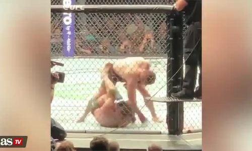 McGregor nằm ôm đầu chịu trận khi bị đối thủ đấm liên tục