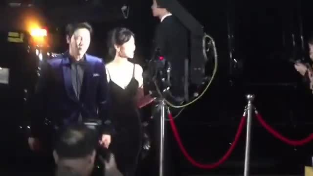 Vợ chồng Kim So Yeon trên thảm đỏ APAN