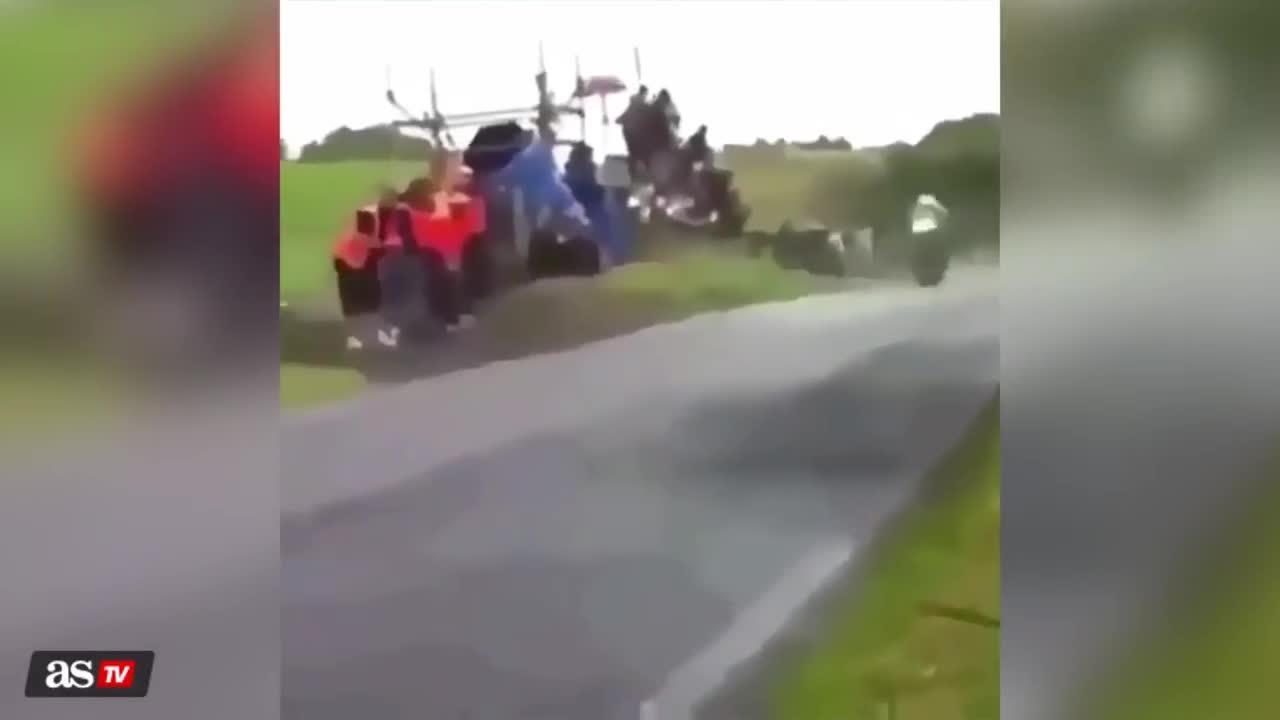 Các tay đua lao vun vút trên đường đua khiến fan sợ sệt