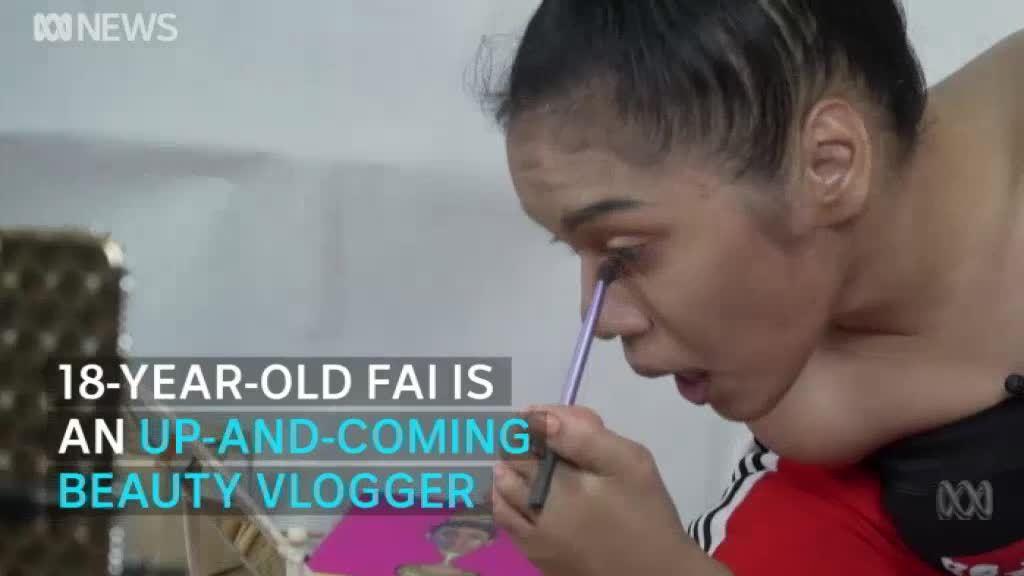 Cô gái không tay Thái Lan trở thành chuyên gia dạy trang điểm trên mạng xã hội