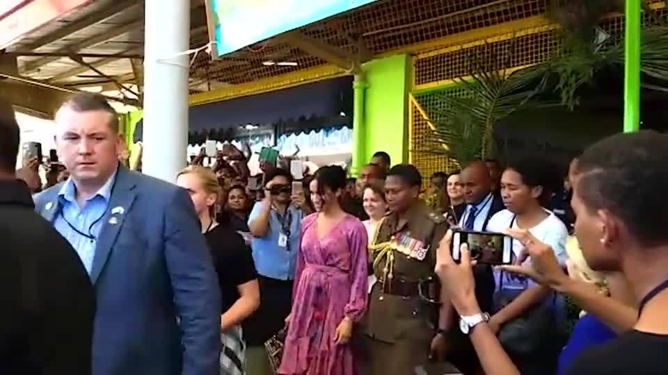 Meghan được bảo vệ nghiêm ngặt khi thăm khu chợ đông người ở Fiji