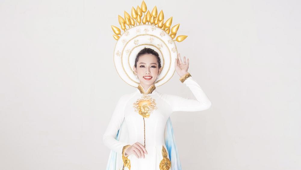 Trang phục truyền thống cảm hứng hoa sen của Thùy Tiên ở Miss International