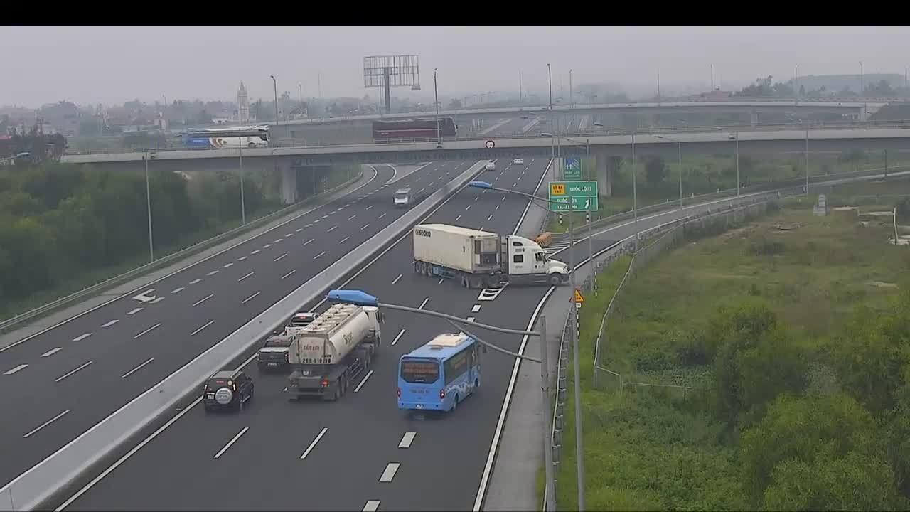 Container quay đầu chạy ngược chiều trên cao tốc Hà Nội - Hải Phòng