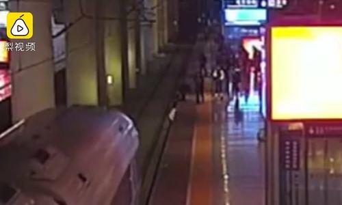 Cô gái suýt bị tàu cán chết khi nhảy xuống đường ray để dọa bạn trai