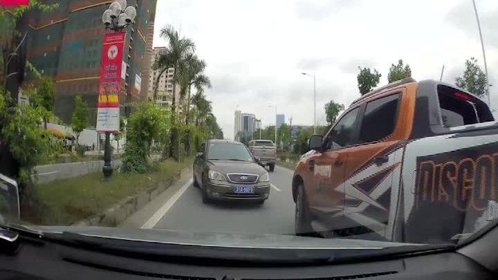 Ôtô biển xanh chạy ngược chiều bị ép lùi trăm mét ở Hà Nội