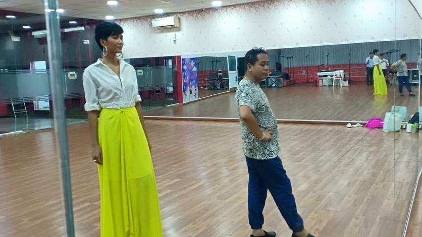 H'Hen Niệ tập luyện catwalk với chuyên gia Philippines