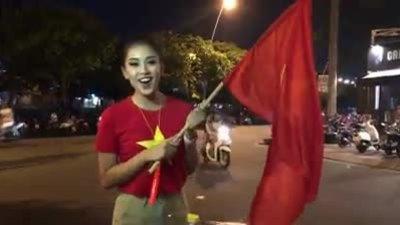 Hoa hậu Tiểu Vy xuống đường 'đi bão'.