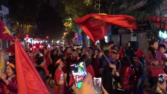 Nhạc bật rộn vang như Tết mừng bóng đá Việt Nam lên ngôi số một Đông Nam Á