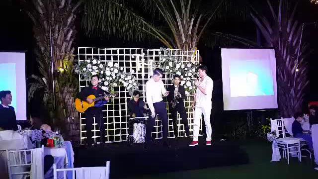 Trương Nam Thành hát cùng Quý Bình trong đám cưới