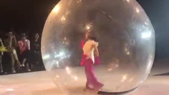 Mẫu nhí catwalk trong trái bóng