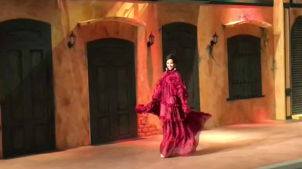 H'Hen Niê liên tục diễn lại màn xoay váy 'thần thánh' ở show Đỗ Mạnh Cường