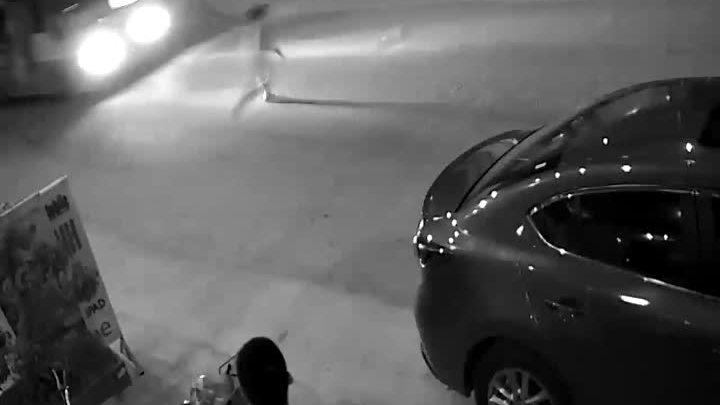 Bé trai suýt bỏ mạng vì đuổi theo quả bóng trước đầu xe buýt