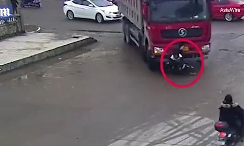 Hai cậu bé đi xe đạp sống sót sau khi bị xe tải đâm chui xuống gầm