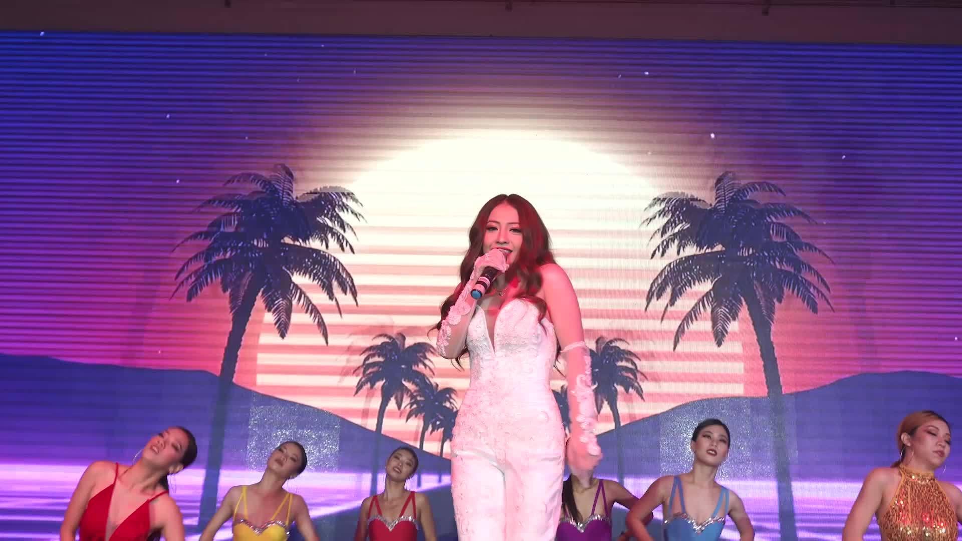MiA thể hiện tài ca hát trong tiệc cưới