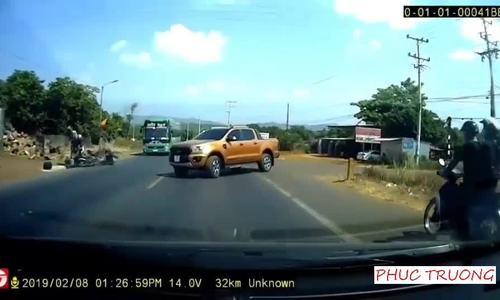 Ôtô bán tải sang đường ẩu gây tai nạn liên hoàn