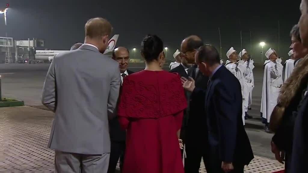Meghan mặc đầm Valentino khi đáp xuống Morocco