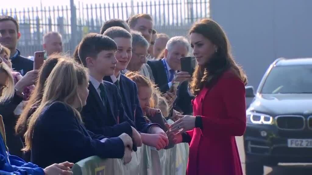 Kate biến đổi hình tượng từ khỏe khoắn sang thanh lịch khi đến Bắc Ireland