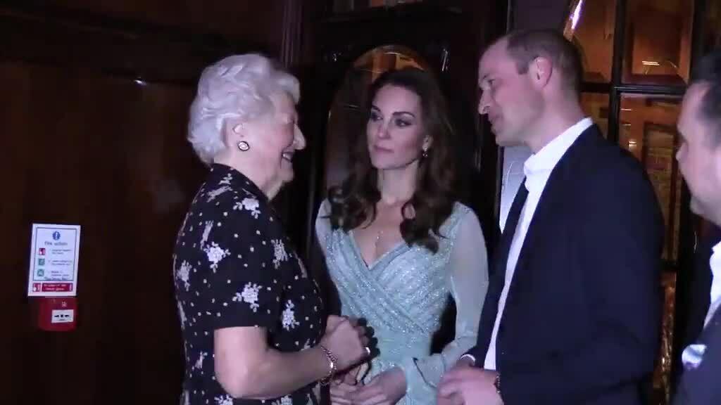 Kate diện váy ánh kim hơn 2.000 USD đến Bắc Ireland