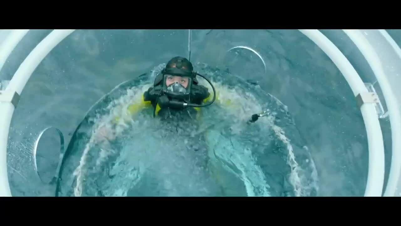Lý Băng Băng chiến đấu với cá mập khổng lồ trong phim The Meg