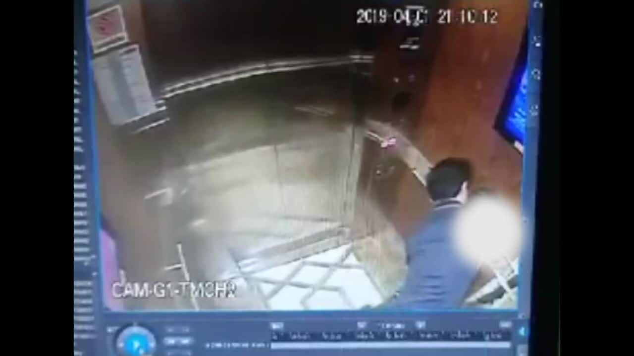 Người đàn ông ôm hôn bé gái trong thang máy ở Sài Gòn