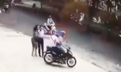 Hai người phụ nữ ngã sấp mặt vì bị cướp túi xách ở Sài Gòn