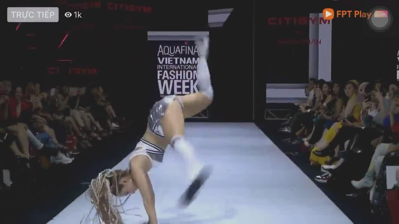 Minh Hằng loạng choạng sau cú nhào lộn khi catwalk