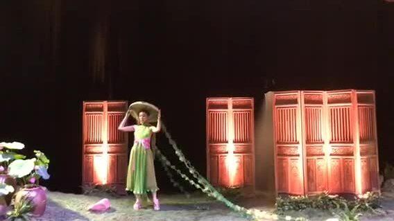 Linh Nga đội nón quai thao diễn thời trang Thủy Nguyễn