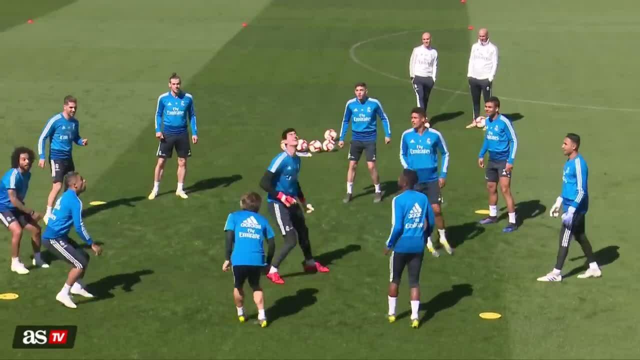 Cầu thủ Real Madrid biểu diễn tuyệt kỹ khi 'đá ma'